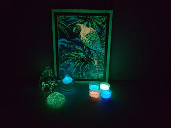 Tamsoje šviečiančios ir šviesą atspindinčios prekės